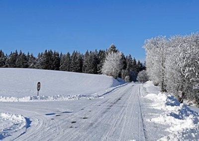 Departement-Straße mit geschlossener Schneedecke
