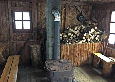 Schutzhütte im Winterwald von innen