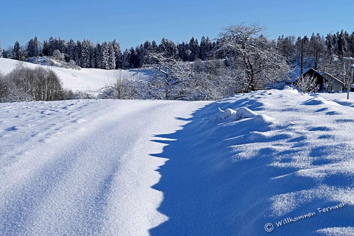 Glitzernder Schnee auf dem Wanderweg