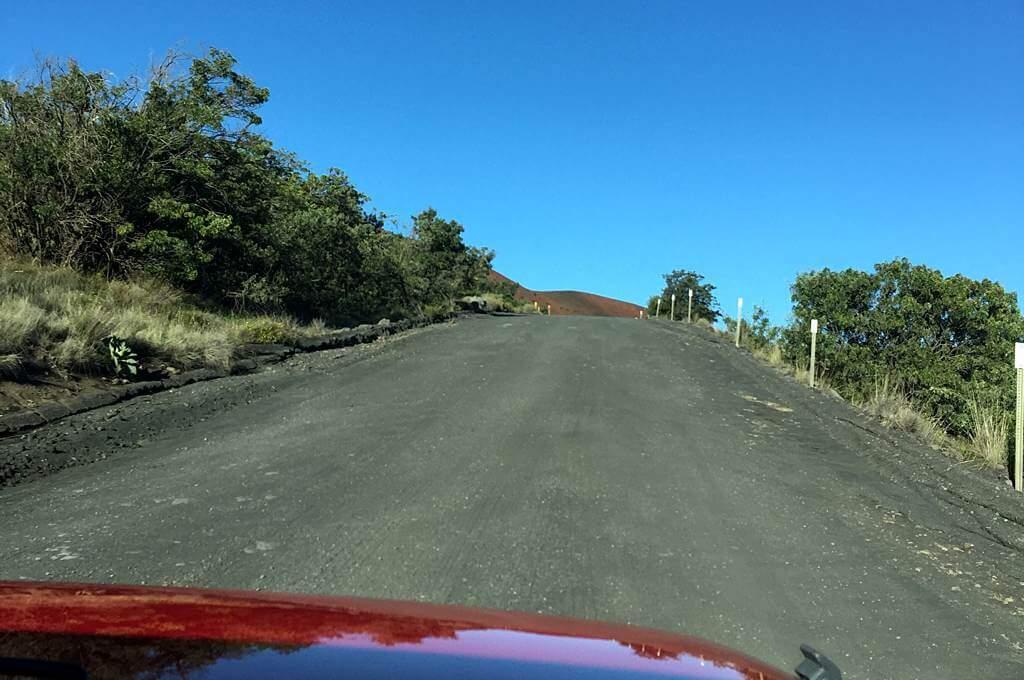 Auf der Schotterstraße hinauf zur Spitze des Mauna Kea, Hawaii