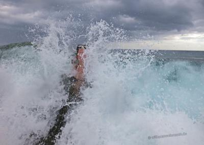 Kampf mit den Wellen vor Maui