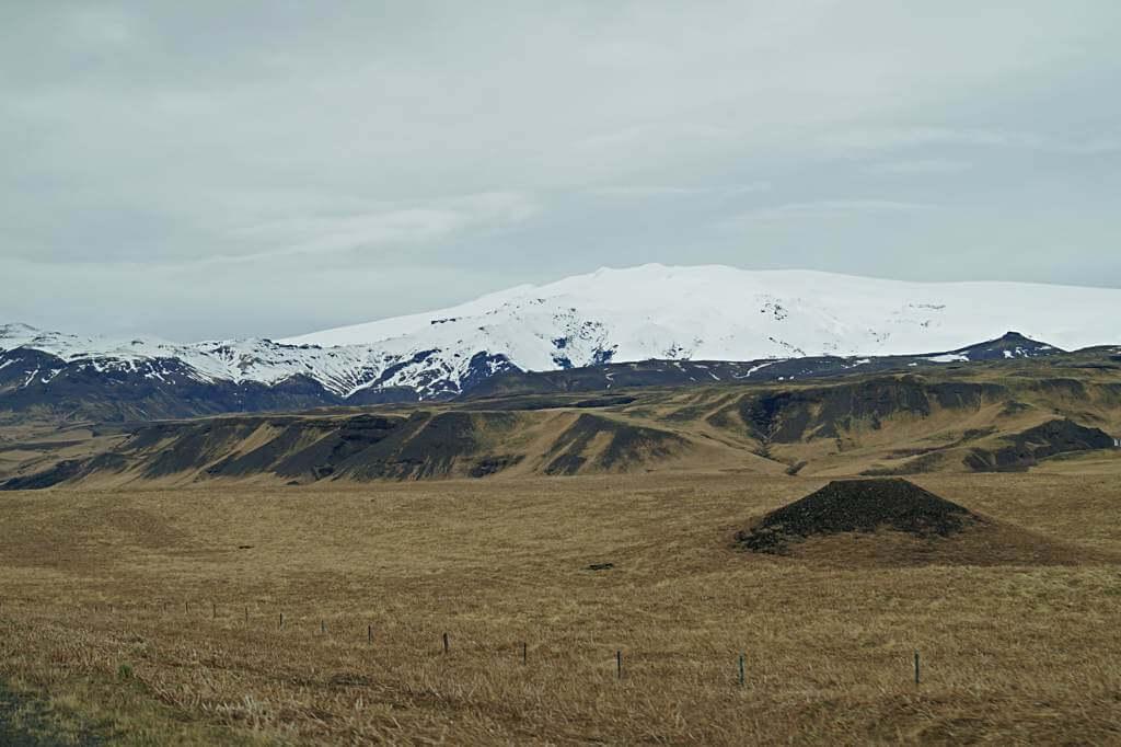 So harmlos und schön schneebedeckt – der Eyjafjallajökull