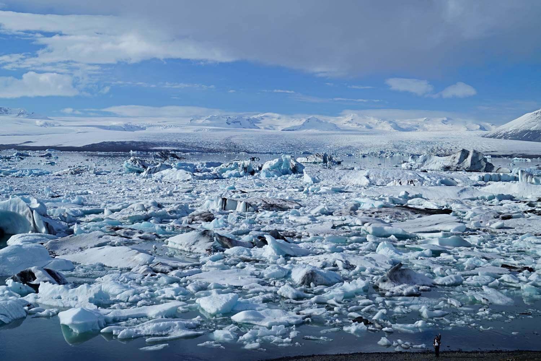 Im April kann die Gletscherlagune Jökulsarlon noch von Eisschollen bedeckt sein