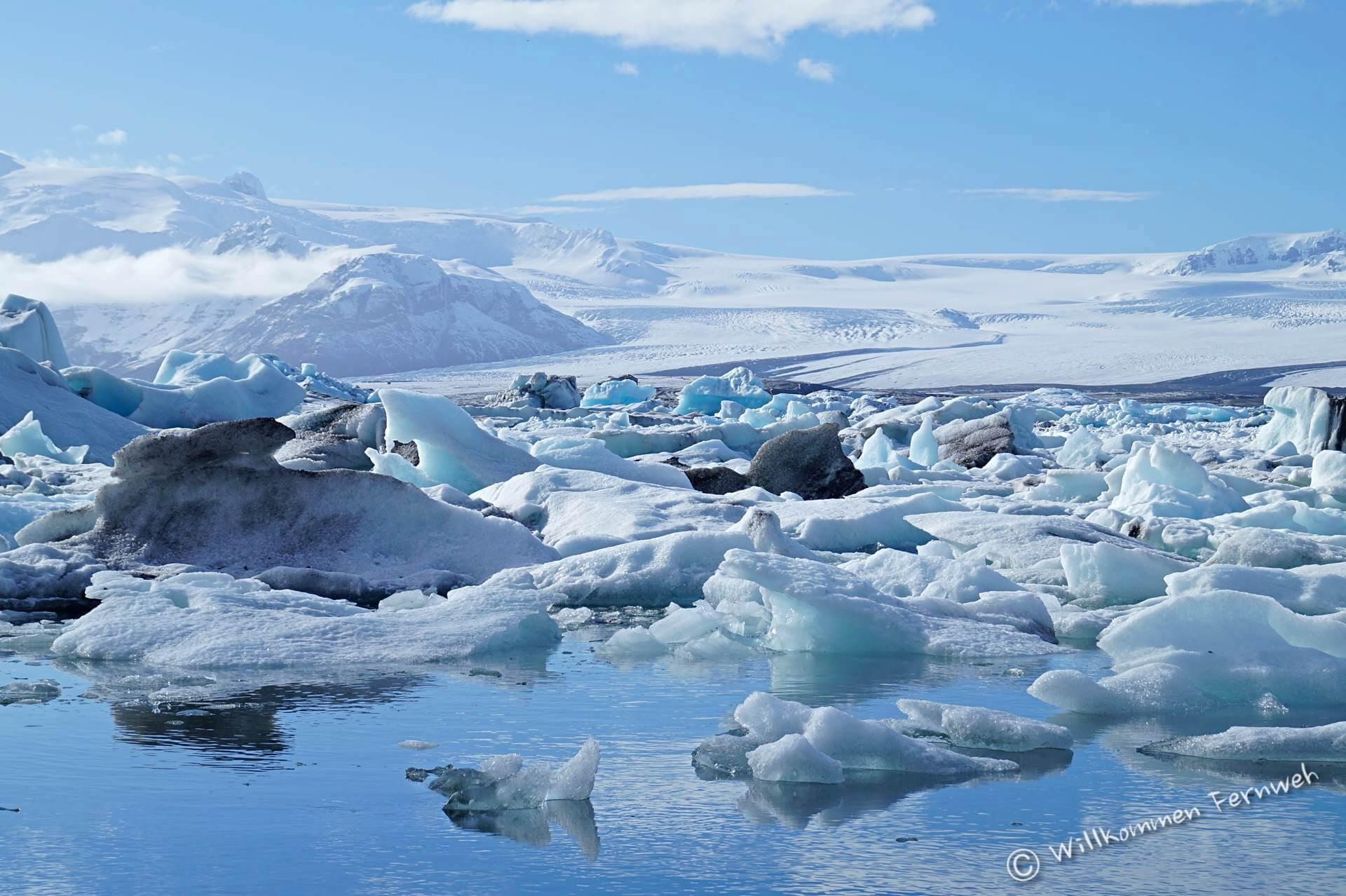 Blau schimmernde Eisberge in der Gletscherlagune Jökulsarlon