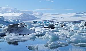 Blau schimmernde Eisberge in der Gletscherlagune Jökulsarlon, Island