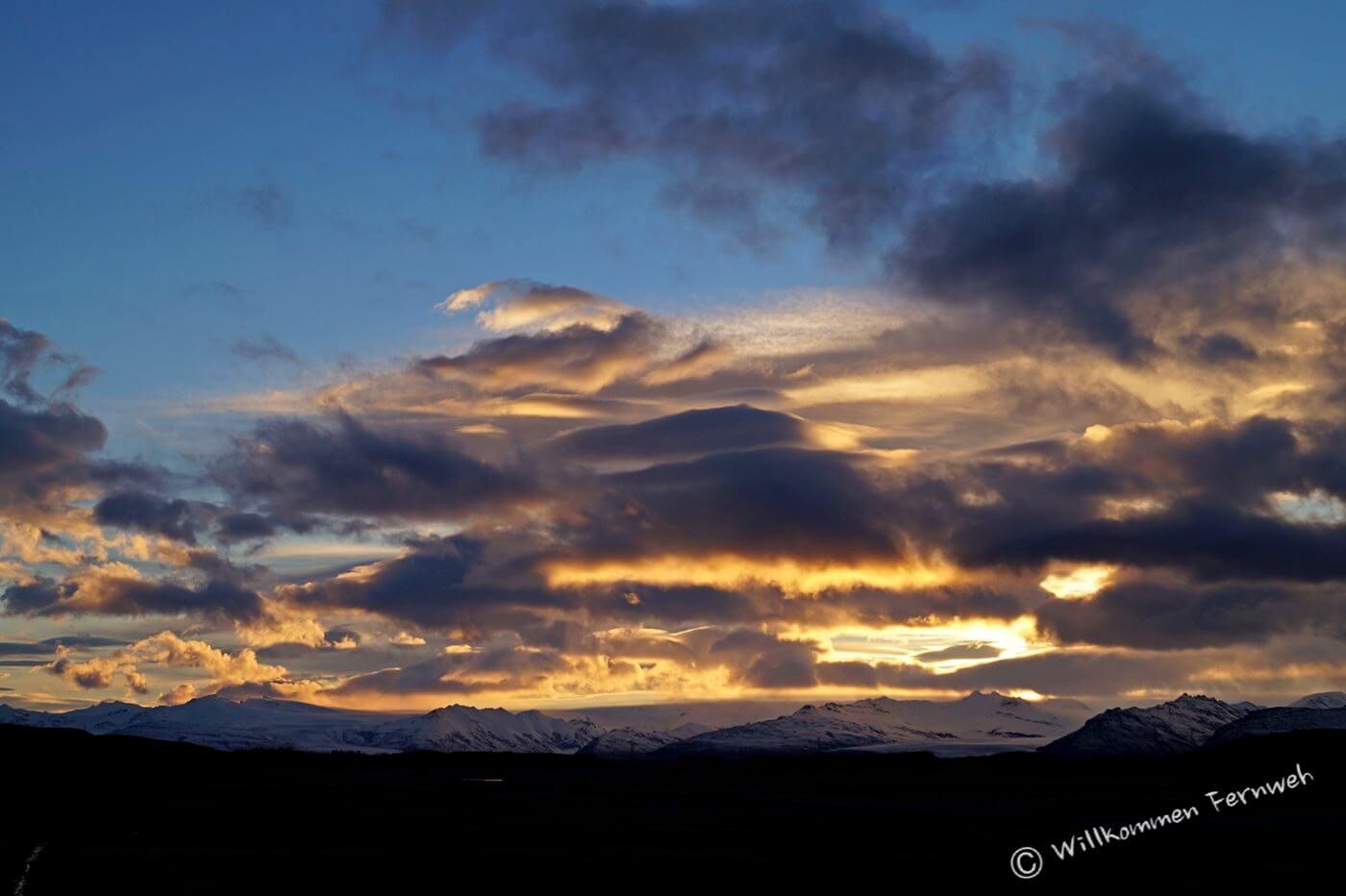 Sonnenuntergang bei Höfn mit Bergen des Vatnajökull-Gletschers
