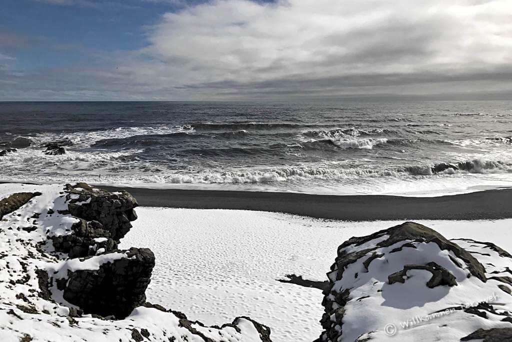 Schwarzer Lavastrand und weißer Schnee – Island im April