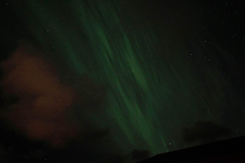 Schwache, aber auch mit dem bloßen Auge sichtbare Polarlichter im April auf Island
