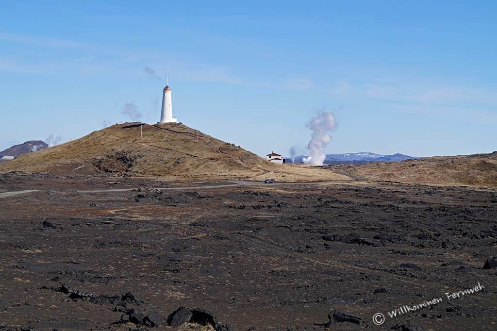 Leuchtturm Reykjanesviti mit Lava- und Geothermalfeld