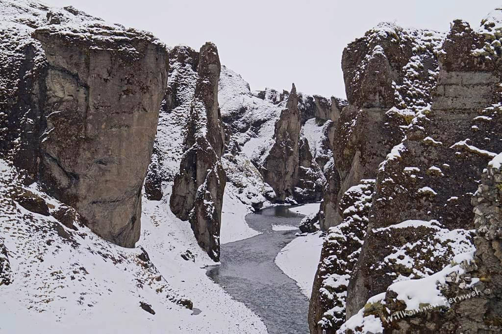 Die sehenswerte Schlucht Fjaðrárgljúfur – im Sommer grün, im April u.U. weiß