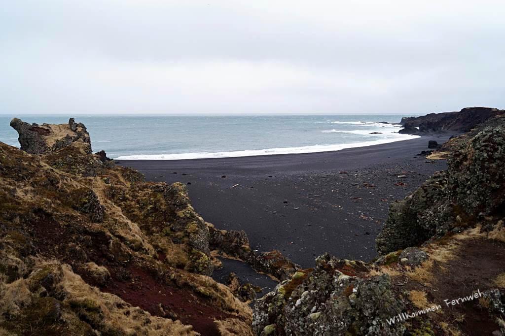 Der schwarze Lavastrand Djúpalónssandur am Westende der Snaefellsnes-Halbinsel