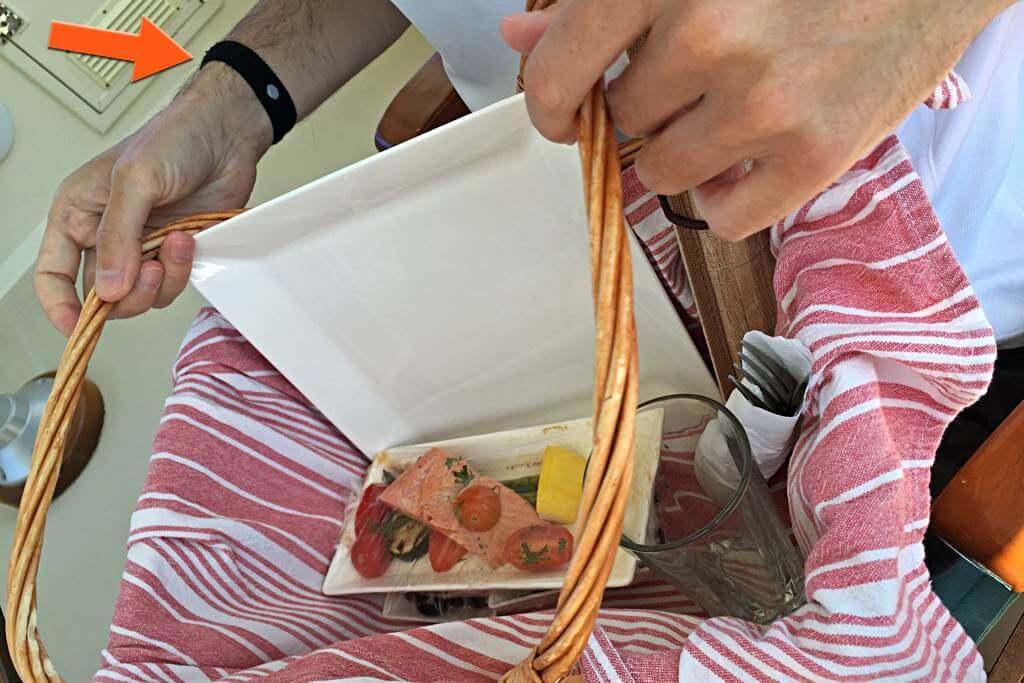 Lunch auf dem Boot – gut zu sehen ist das Akupressurband (Seaband) an meinem Arm