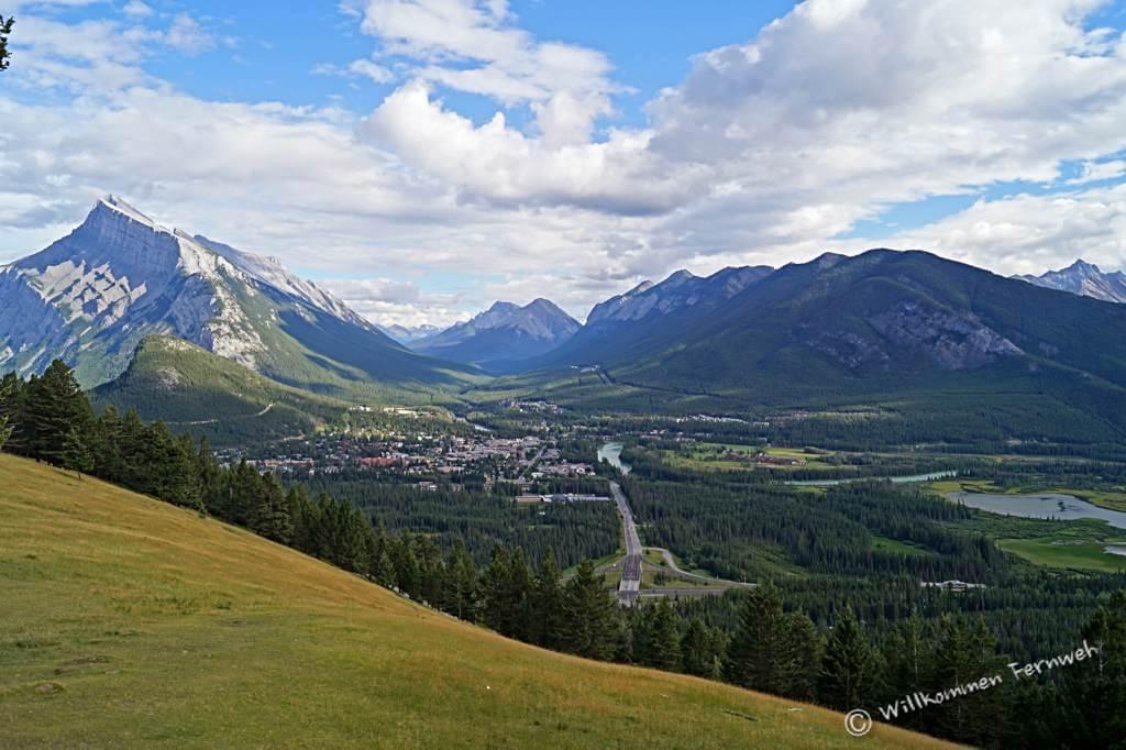 Ausblick vom Mount Norquay auf Banff, links Mount Rundle