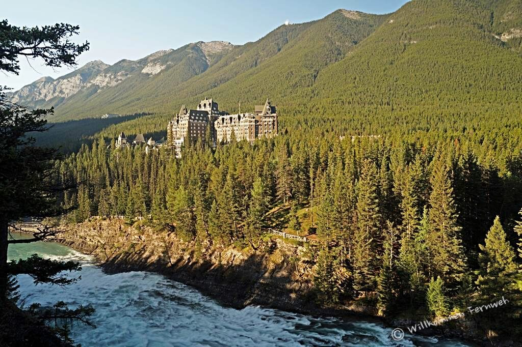 Banff Springs Hotel mit Bow Falls, Banff National Park