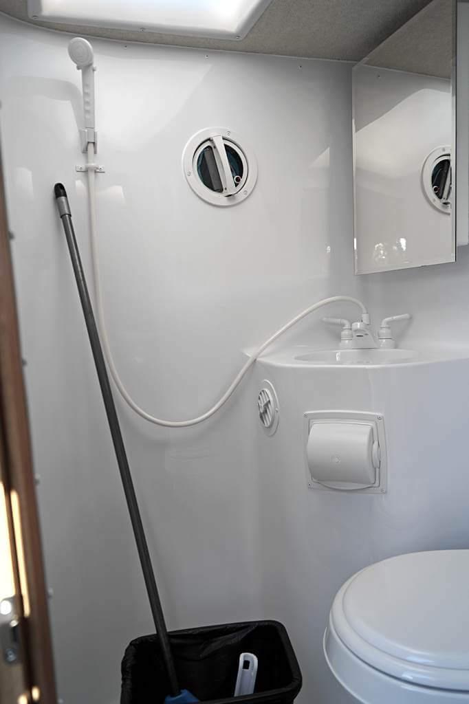Fraserway Truck Camper von innen: Bad mit Dusche und WC
