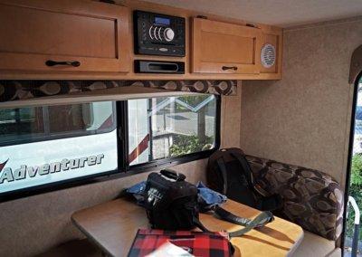 Fraserway Truck Camper von innen: Sitzplatz, umbaubar zum Bett
