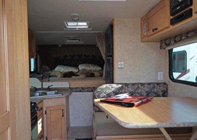 Truck Camper vom rückwärtigen Eingang aus fotografiert