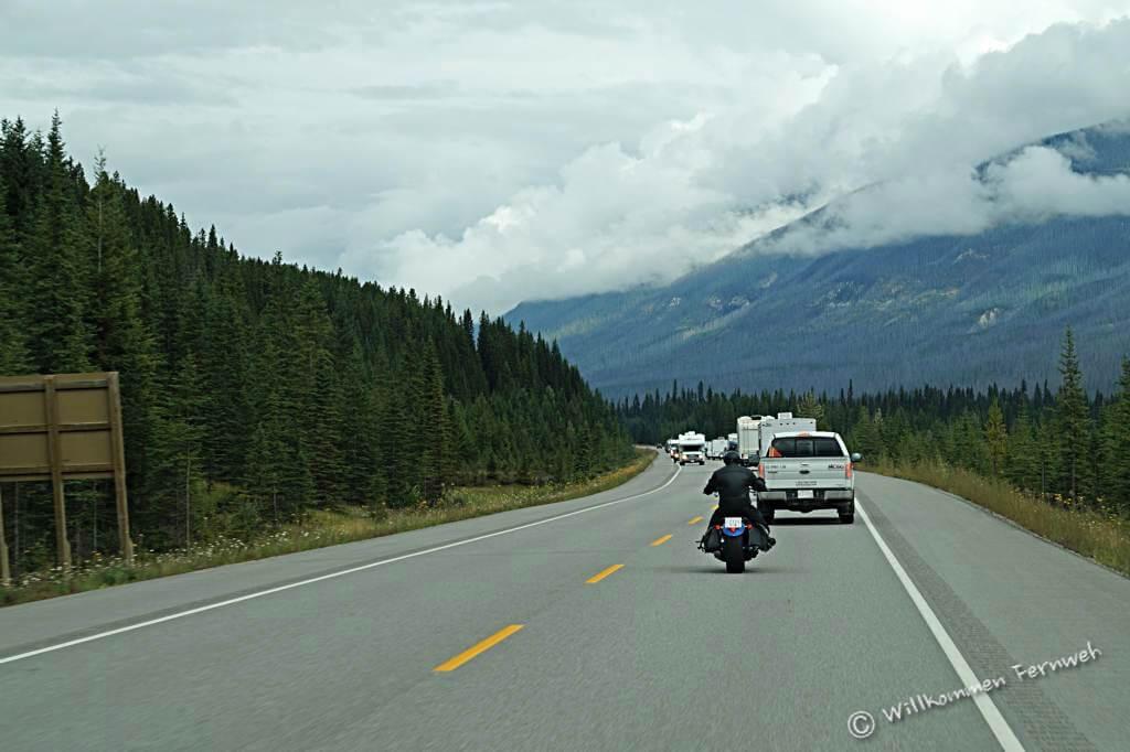 Autos, Biker und Wohnmobile auf dem Roadtrip in den kanadischen Rockies