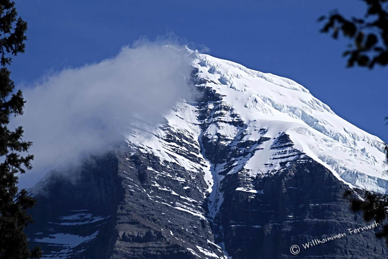 Die schneebedeckte Spitze des Mount Robson