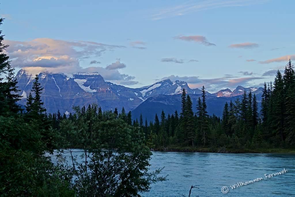 Blick vom Campground über den Fraser River zum Mount Robson Massiv