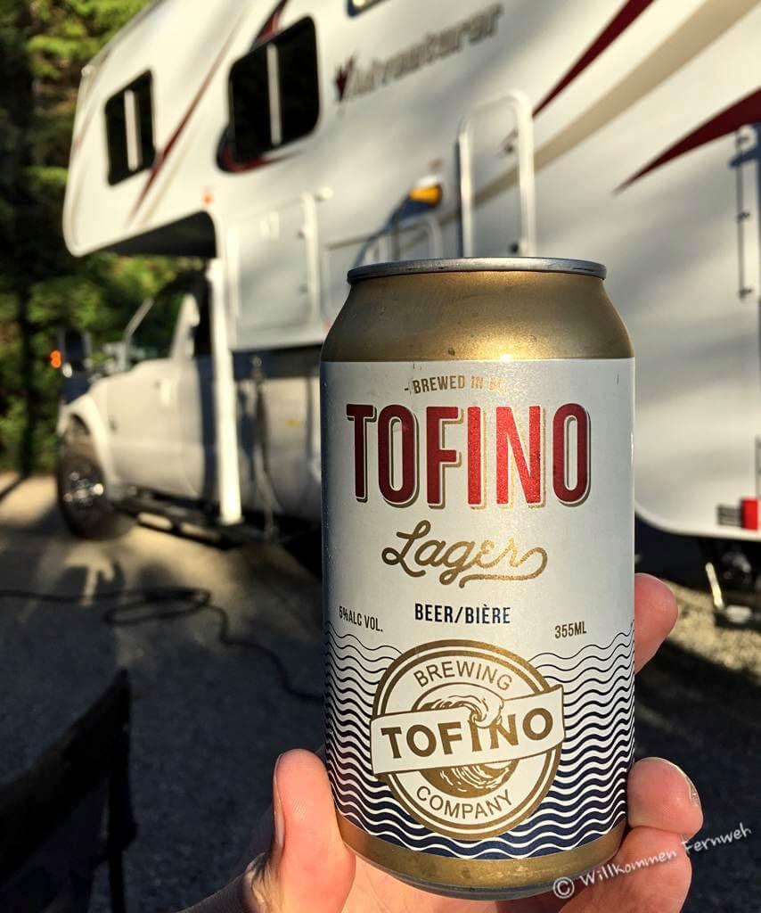 Ein Bier zum abendlichen Grillen am Campingplatz, Pacific Rim, Kanada