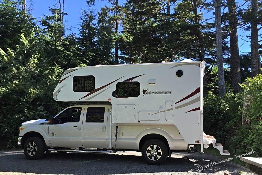 Unser Pickup Truck Camper von der Seite – komplette Rückbank hinten
