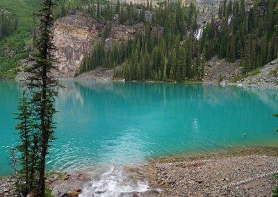 Bäche und Wasserfälle ergießen sich in den See