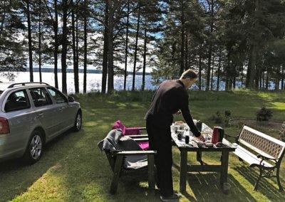Frühstück vor dem Ferienhaus mit Blick auf den Orsasee