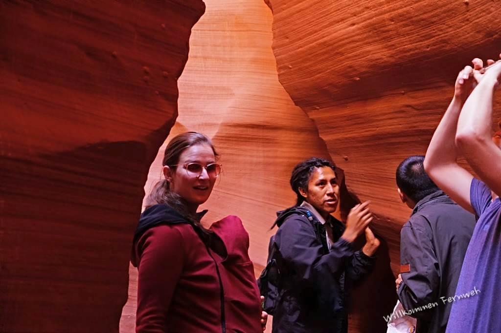 Kerstin mit Lundi in der Babytrage, daneben unser Guide im Lower Antelope Canyon, USA