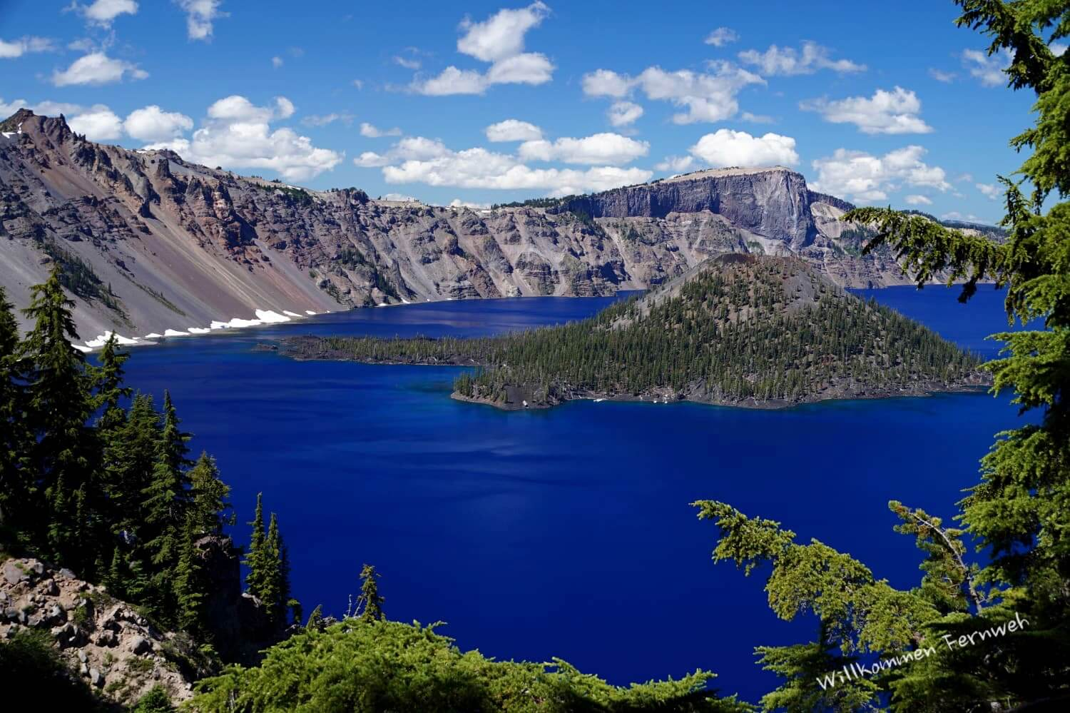Ein einzigartig tiefes Blau: Crater Lake mit Wizard Island, Crater Lake National Park, Oregon