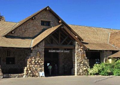 Der Vordereingang zur Grand Canyon Lodge