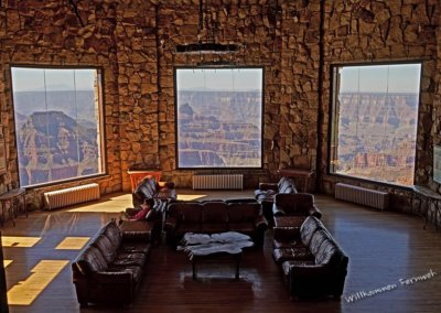 Lobby mit gemütlichen Sofas und großen Fenstern