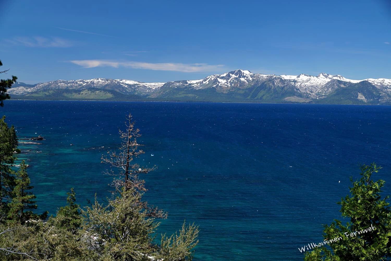 Der Lake Tahoe (Kalifornien/Nevada) mit den Bergen der Sierra Nevada