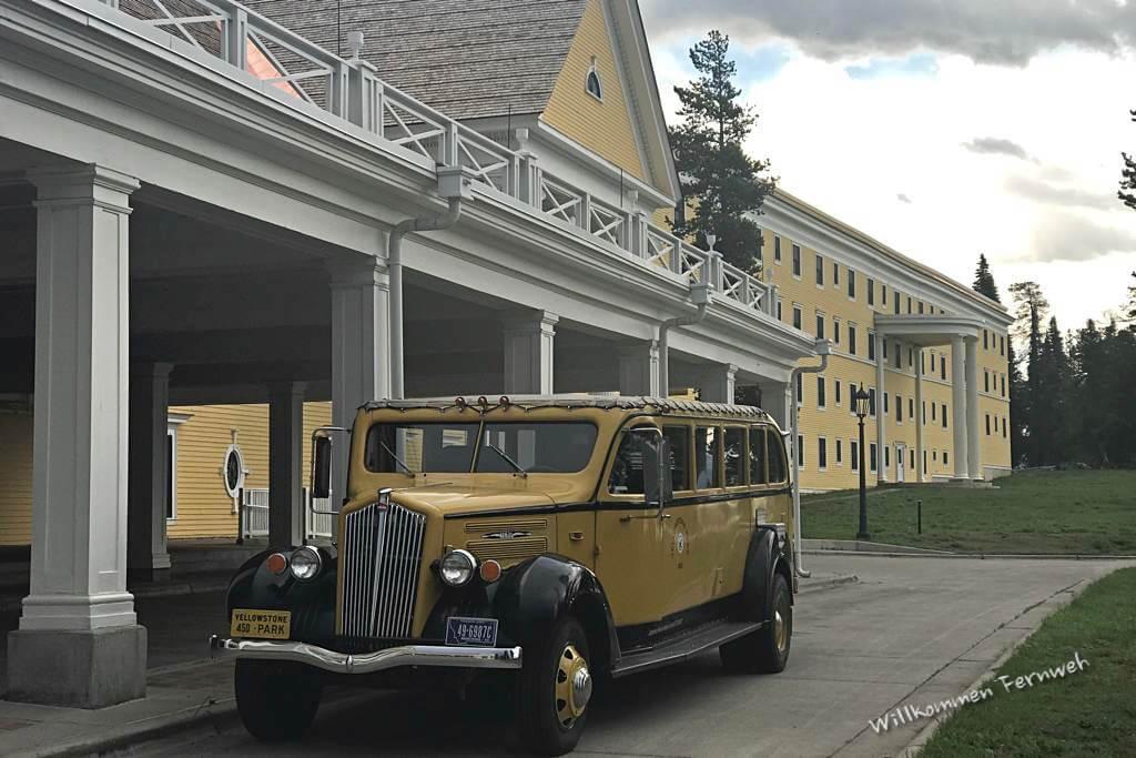 Auch heute noch kann man mit diesem historischen Bus zum Hotel gebracht werden, Yellowstone National Park