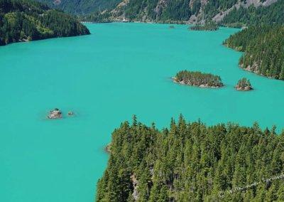 Das in der Sonne fast unwirklich türkisfarben leuchtende Wasser des Diablo Lake