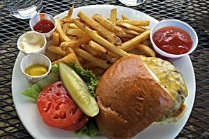 Leckerer Burger in der Sun Mountain Lodge