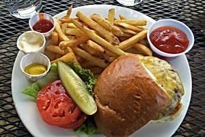 Leckerer Burger in der Sun Mountain Lodge