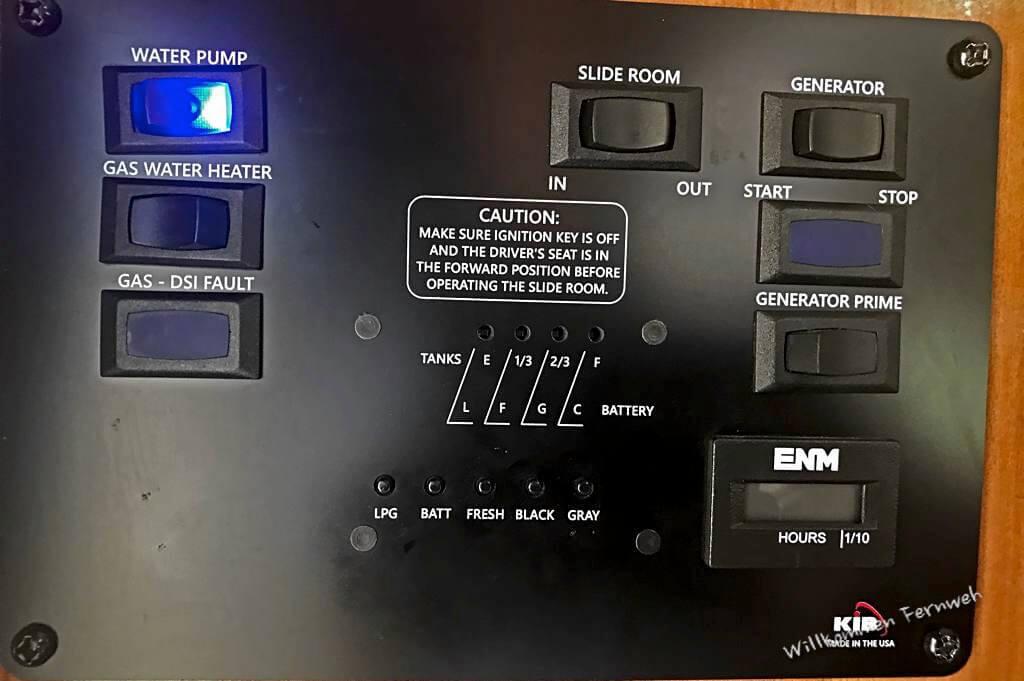 Kontrollpanel im Wohnmobil, auch zum Abrufen der Füllstände von Tanks und Batterie