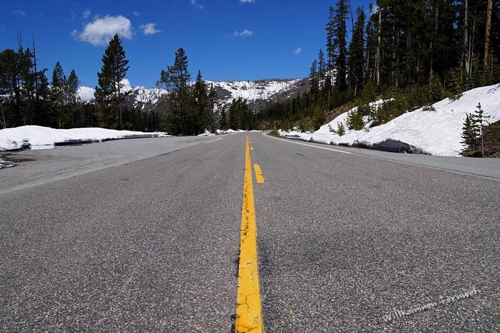 Vom Sylvan Pass in den Yellowstone mit noch vielen Schneeresten