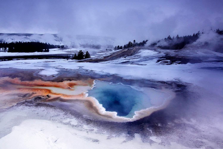Fantastische Geysirlandschaft im Winter