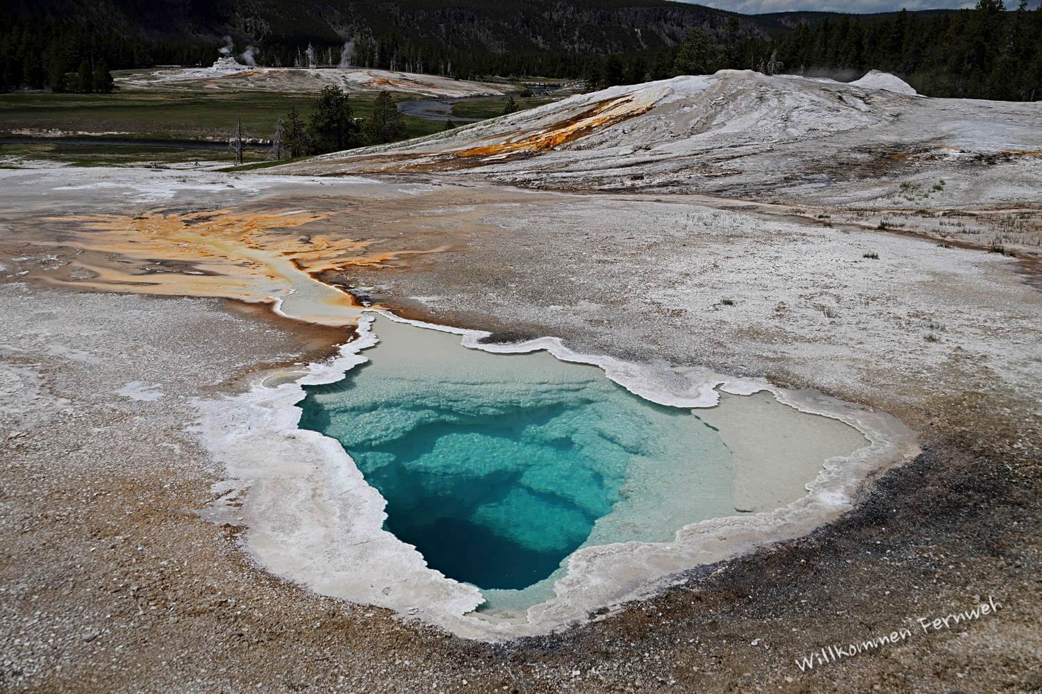 Highlights bei Sonnenschein im Upper Geyser Basin – hier die Heart Spring (Yellowstone Nationalpark)