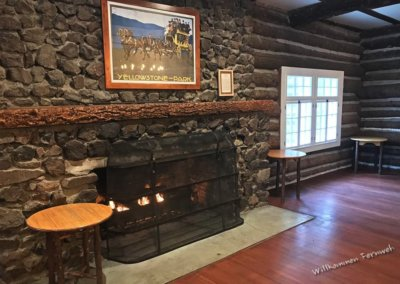 Die Kaminecke mit Bar in der Roosevelt Lodge