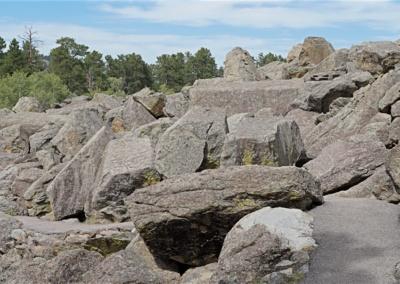 Am Fuße des Devils Tower liegen viele Felsbrocken
