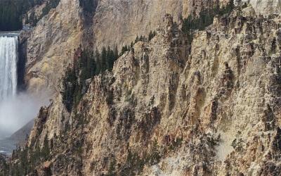 Steile Felswände und tosendes Wasser am Grand Canyon of Yellowstone